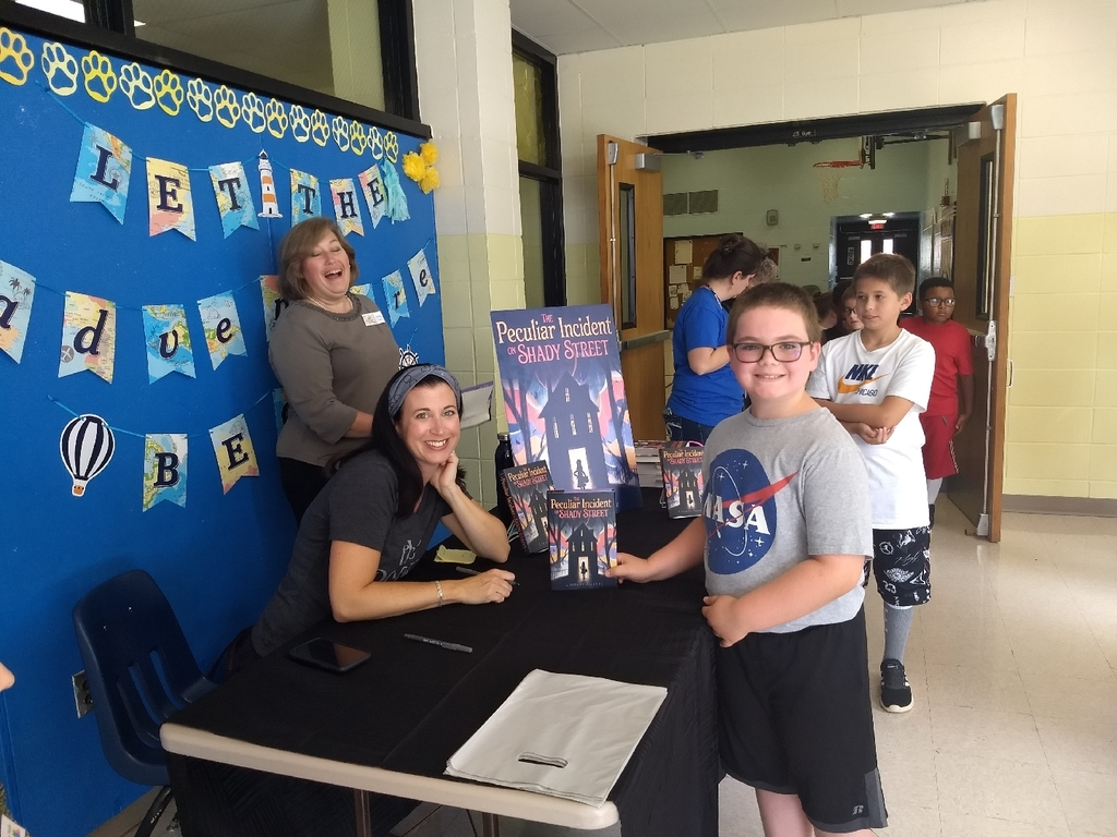 Lindsay Currie signs books for Gale students!
